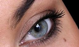 zmiana barwnikowa po okiem