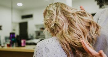 Jak pielęgnować farbowane włosy i zapobiec płowieniu koloru?