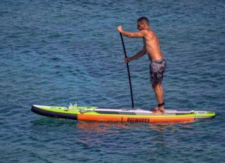 Dmuchana deska będzie hitem sezonu? Czym jest paddle board?